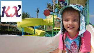 Катя в аквапарке Kaya Artemis Resort VLOG Отдых на Кипре Аквапарк в отеле Путешествия с детьми(Катюшка веселится, плавает и катается на водных горках в детском Аквапарке в отеле Кая Артемис Резорт и..., 2016-08-21T07:00:01.000Z)