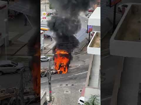Carreta pega fogo perto de posto de combustível - parte 7