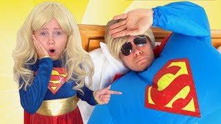 Alice y papá finge superhéroe - la historia sobre boo boo