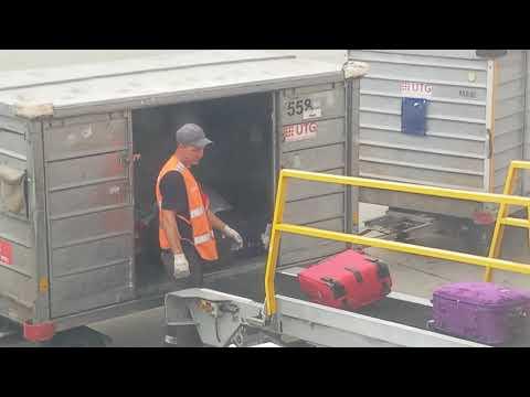Швыряют вещи пассажиров, не своё - не жалко