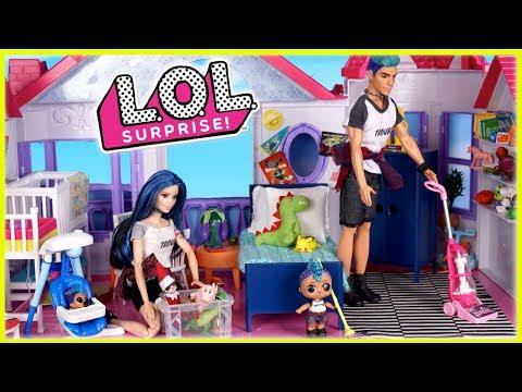 Familia LOL Punk Boi Rutina de limpieza y Decoracion de Navidad en Mansion de Barbie