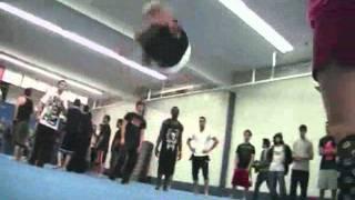 Melhor pulador de saltos mortais do mundo.wmv