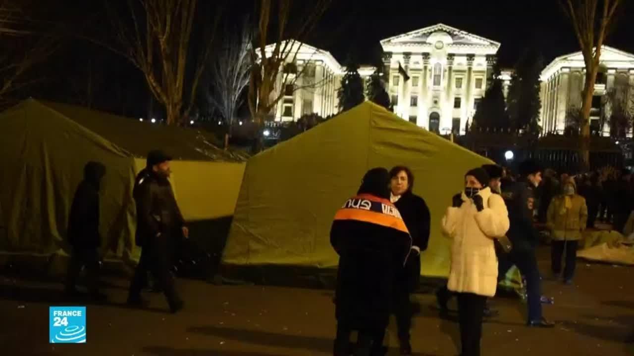 أرمينيا: متظاهرون معارضون لرئيس الوزراء نيكول باشينيان يعتصمون أمام البرلمان  - 12:59-2021 / 2 / 26