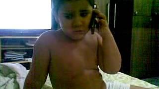 o menino engraçado de 3 anos imitando um gay