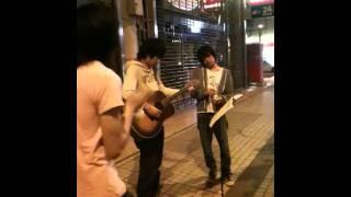 2011年6月4日、札幌moleでのイベント終演後、狸小路商店街で尾崎豊をそ...