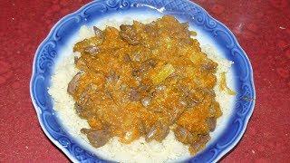Тушеные куриные сердечки с луком и морковью. На сковороде с подливкой.