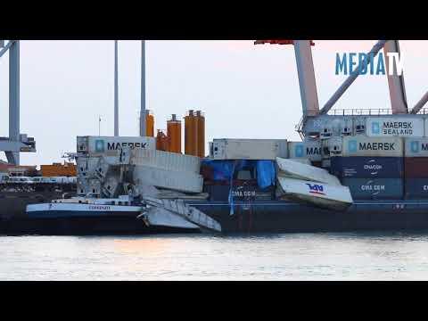 40 zeecontainers te water in Amazonehaven Rotterdam