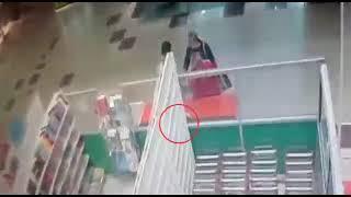 Кражу забытых рулонных штор сняла камера видеонаблюдения в ТЦ