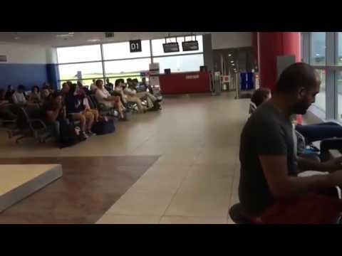 Парень сел за пианино в аэропорту и просто начал играть 1