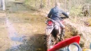 Парнишка решил проехать лужицу на мотоцикле (racer gs 250)