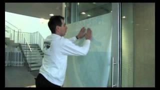 видео Наклейка плёнки на стекло
