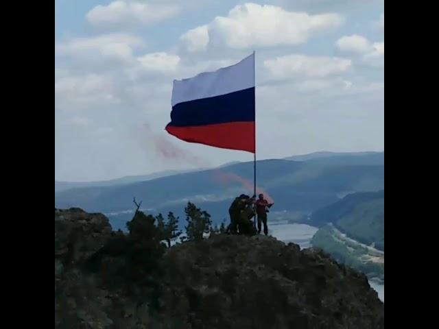 Водружение флага России на скалах левого берега Енисея