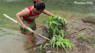 Primitive life: Smart Girl Find Fish Meet Big Fish - Solo Gird Catch Fish For Cooking