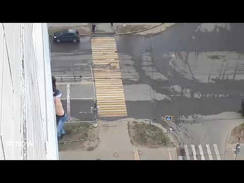 Полицейские спасли мужчину, повисшего на корнизе окна в Некрасовке