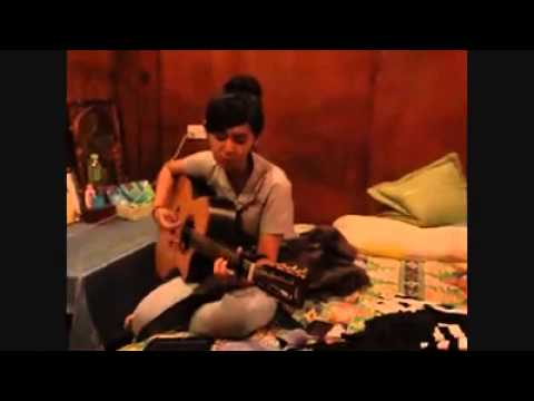 Cinta terbaik cover by Keesamus (She played her guitar in a friend's room)