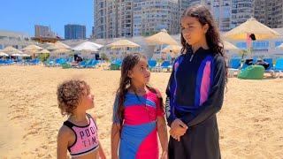 بنت صغيرة تلعب مع اخواتها في البحر !!