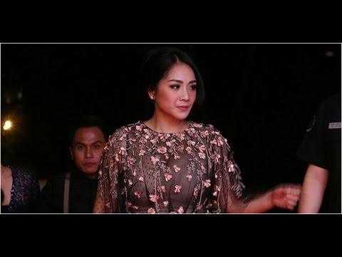 Pakai Dress Transparan, Cleavage Nagita Slavina Kelihatan?
