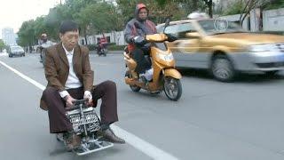 Авто размером с чемодан смастерил житель Шанхая (новости)(http://ntdtv.ru/ Авто размером с чемодан смастерил житель Шанхая. Руль, сиденье и две педали - вот в принципе и все..., 2014-12-10T12:06:28.000Z)