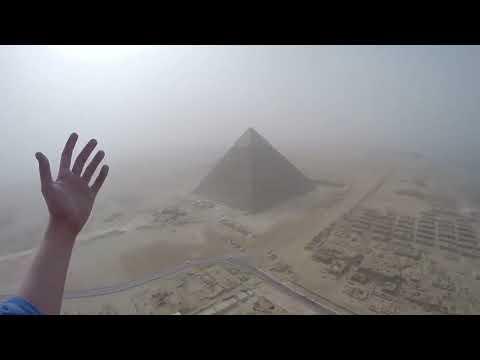 Maluco Escala Pirâmide De Gizé, No Cairo, E Filma Tudo