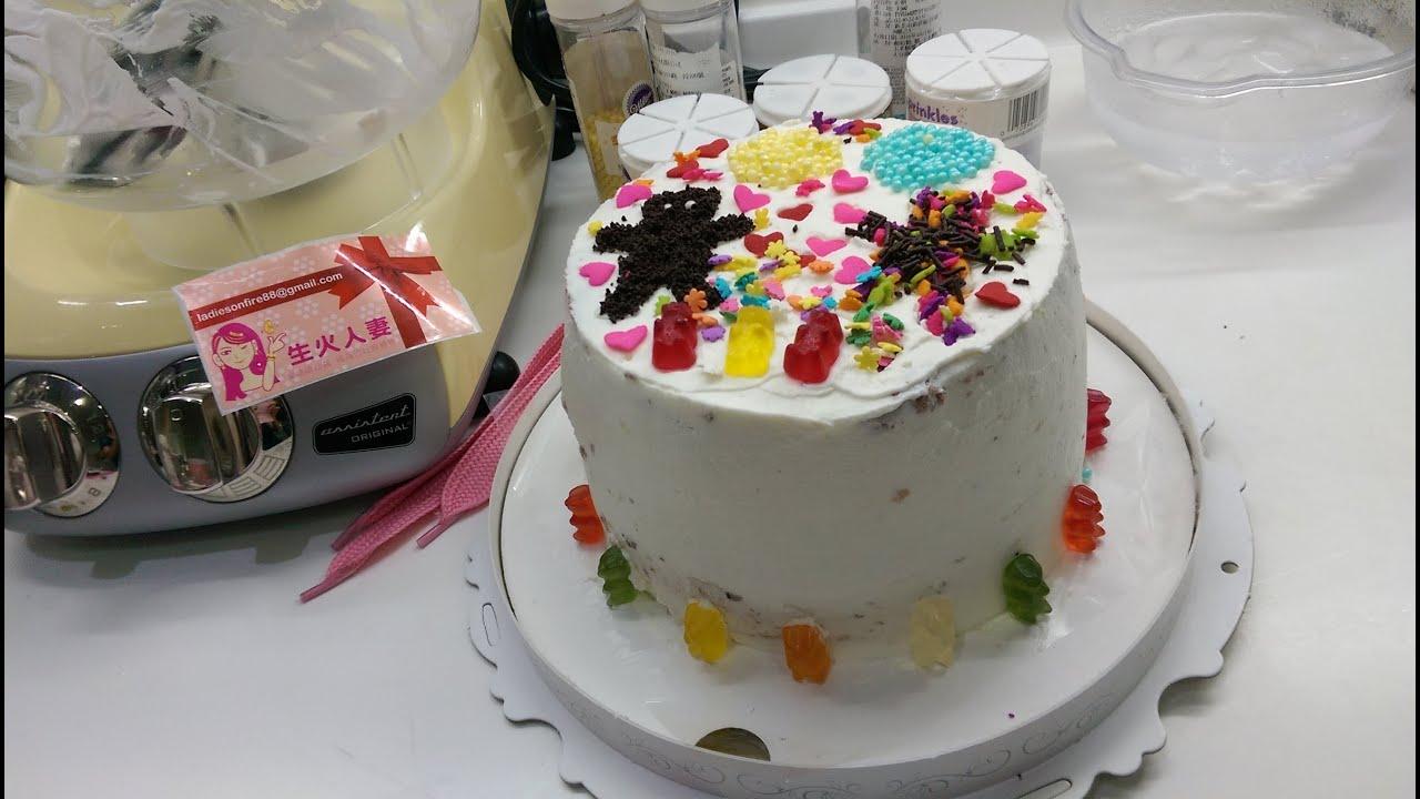 安朵拉-巧克力雙色加高戚風蛋糕(下) 用四方鮮奶油與彩糖裝飾蛋糕. - YouTube