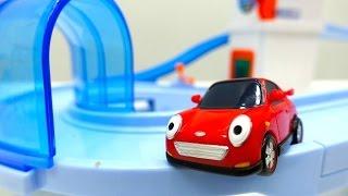 Helper Cars reparieren die Straße. Video mit Spielzeugautos.