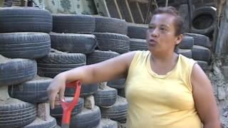 CN: Mujer constructora de muro de llantas