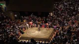 遠藤と蒼国来の取り組み 懸賞金が多いです。 平成27年9月場所 12日目.