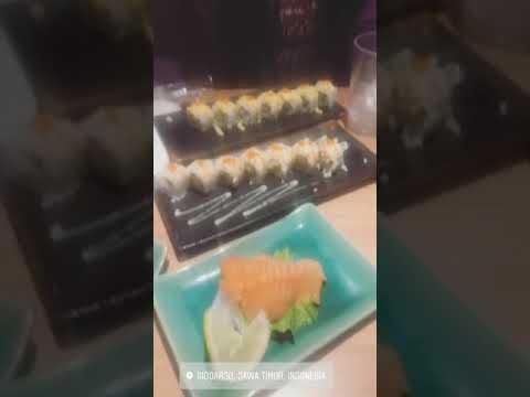 Via Vallen makan bersama keluarga di rumah makan