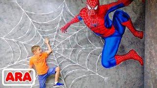 تلعب فلاد وماما في متحف الأطفال في دبي
