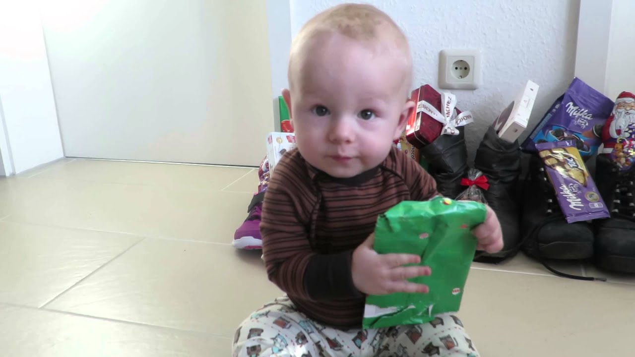 Baby Emil Packt Ein Nikolaus Geschenk Aus Youtube
