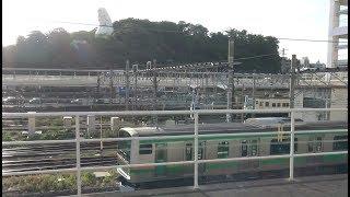 湘南モノレール大船駅のデッキから見た横須賀線の下り線を走行する湘南新宿ライン南行E231系