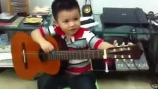 3 tuổi chơi guitar