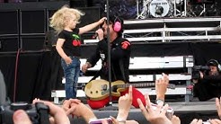 Green Day @ Helsinki, Billie Joe get blessed by a little girl during East Jesus Nowhere