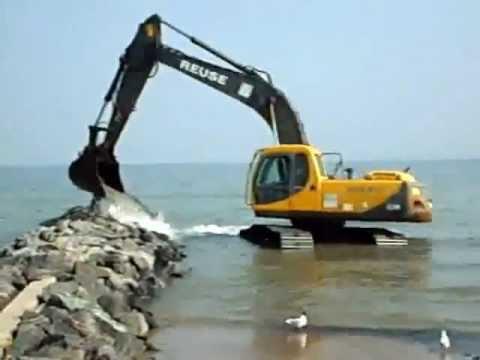 pelle volvo travaillent a moitier dans l eau entrien de construire