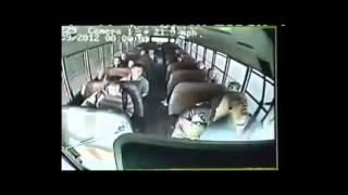 נהג אוטובוס התעלף באמצע נסיעה. הנוסע עצר את האוטובוס