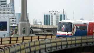 戦勝記念塔の大カーブを走るBTS Train running around the Victory Monument