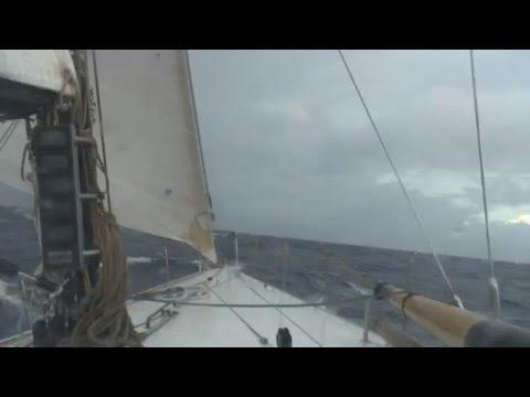 В самом  сердце шторма на парусной яхте