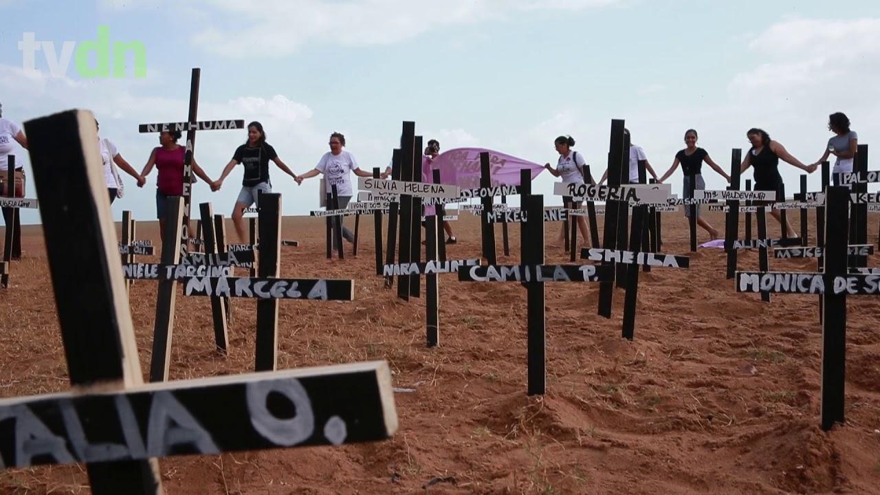 Ato crava centenas de cruzes na Praia de Iracema em referência às mortes de mulheres no Ceará