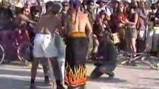 BurningMan2002の初日、太陽の光を集めてOpening Fire Celemonyが行われ...