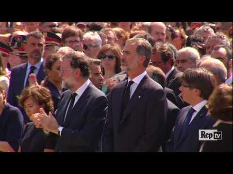 Barcellona, la folla grida all'unisono