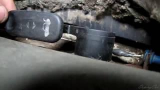 Не открывается лючок бака, ремонт тросика багажника