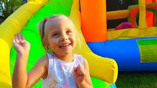 Alicia y hermana finge jugar Boo Boo historia