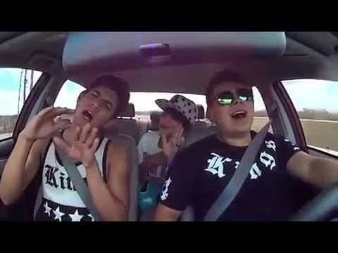 Resultado de imagem para ouvindo musica no carro