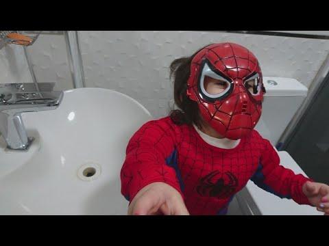Defne mikroplardan korunmak için ellerini yüzünü sabunla yıkayıp dişlerini fırçaladı...
