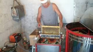 Распечатыватель пчелиных сот