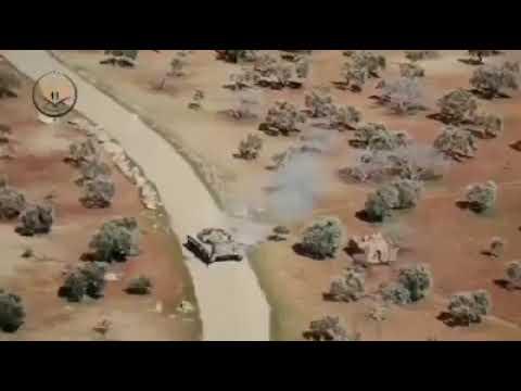 مطاردة في ادلب بين دبابة سورية ومدرعة تركية تحاول الالتصاق بالدبابة كي لاتكون هدف لها