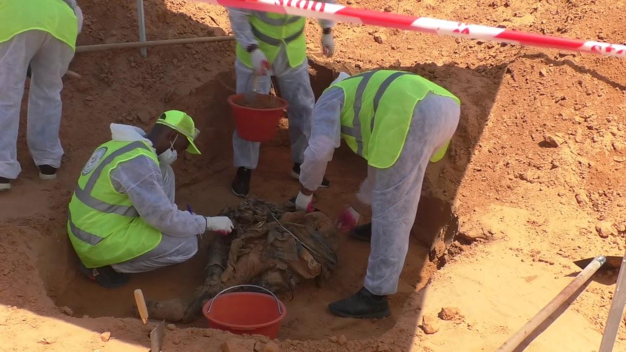 كشف واستخراج الجثث من أحد المواقع التي يشتبه بها وجود مقابر جماعيه بمدينة #ترهونة