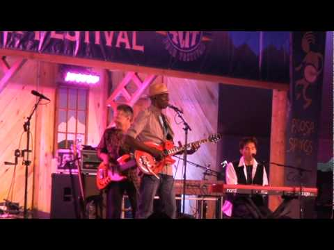 """Keb' Mo' Performs """"More Than One Way Home"""" At 2011 Four Corner's Folk Festival"""