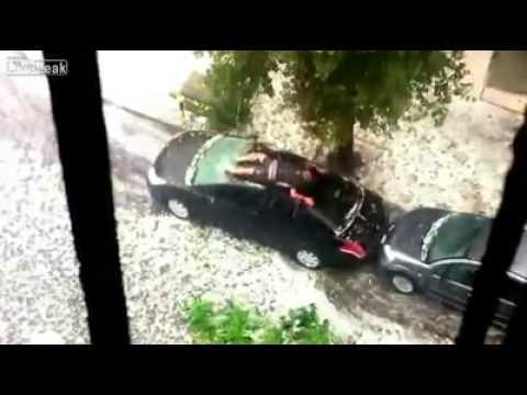 mann sch tzt sein auto vor hagel youtube. Black Bedroom Furniture Sets. Home Design Ideas