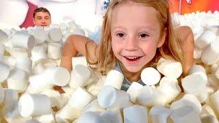 Nastya và cha vui chơi tại bảo tàng kẹo